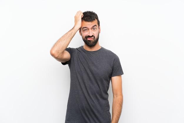 Junger gutaussehender mann über lokalisiertem weißem hintergrund mit einem ausdruck der frustration und des nichtverständnisses Premium Fotos