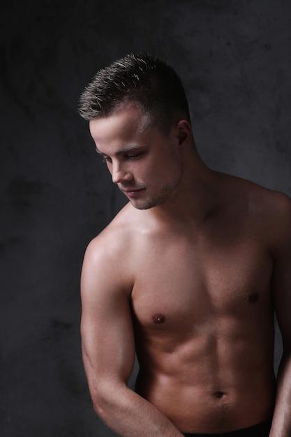 Junger hemdloser sexy mann posiert Kostenlose Fotos