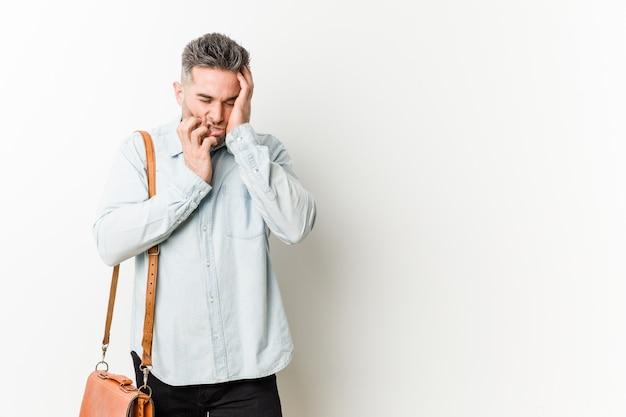 Junger hübscher geschäftsmann, der trostlos jammert und schreit. Premium Fotos