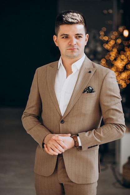 Junger hübscher mann in einem noblen anzug Kostenlose Fotos