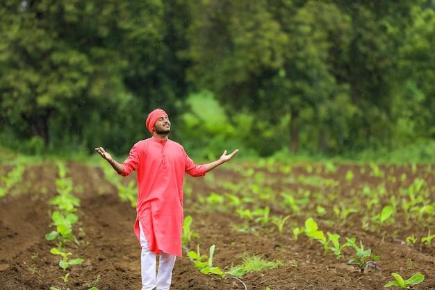 Junger indischer bauer am bananenfeld Premium Fotos