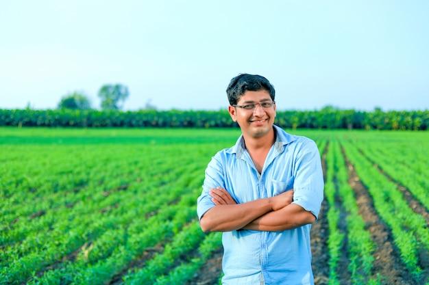 Junger indischer bauer am weizenfeld Premium Fotos