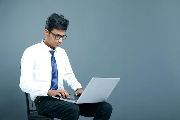 Junger indischer geschäftsmann Premium Fotos