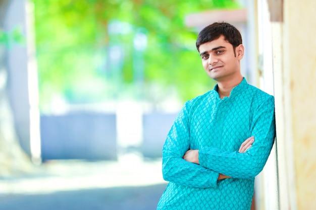 Junger indischer mann auf traditioneller kleidung Premium Fotos