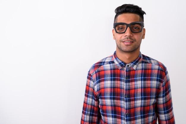 Junger indischer mann, der kariertes hemd auf weiß trägt Premium Fotos