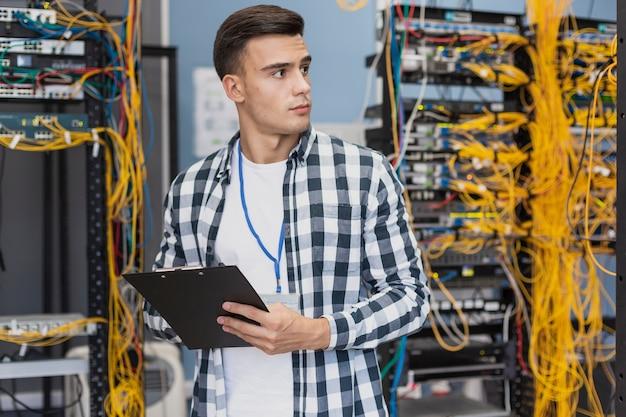 Junger ingenieur im serverraum Kostenlose Fotos