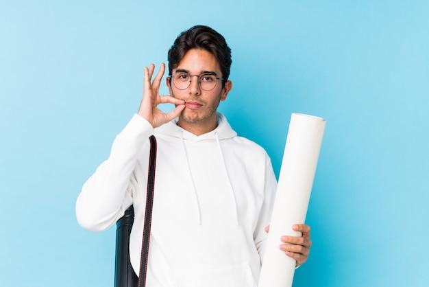 Junger kaukasischer mann, der die architektur lokalisiert mit den fingern auf den lippen hält ein geheimnis studiert. Premium Fotos