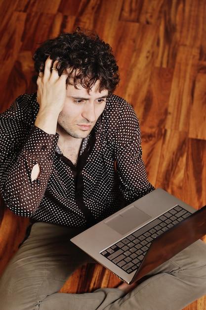 Junger kerl, der im internet nach anzeichen von krankheit sucht. cyberchondria Premium Fotos