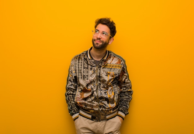 Junger kühler mann, der vom erreichen von zielen und von zwecken träumt Premium Fotos