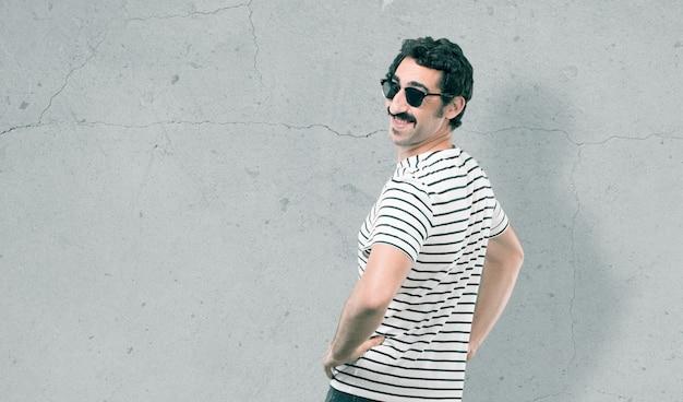 Junger kühler mann gegen grunge hintergrund Premium Fotos