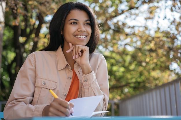 Junger lächelnder student, der sprachen lernt, schreibt, bildungskonzept Premium Fotos