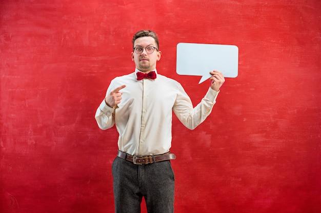 Junger lustiger mann mit leerem leerem zeichen Kostenlose Fotos