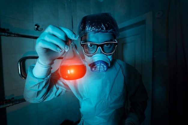 Junger männlicher forscher, der wissenschaftliches experiment durchführt. Kostenlose Fotos