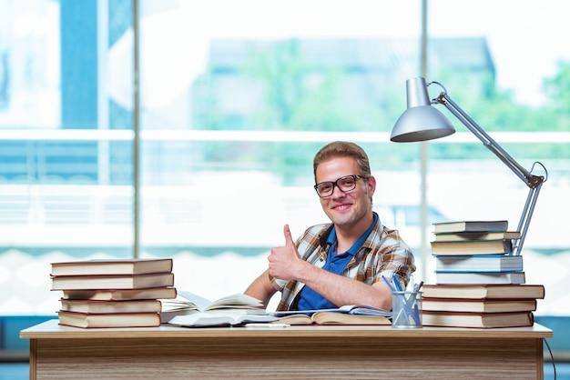 Junger männlicher student, der für highschoolprüfungen sich vorbereitet Premium Fotos