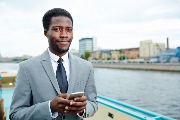 Junger manager auf dem oberdeck Kostenlose Fotos