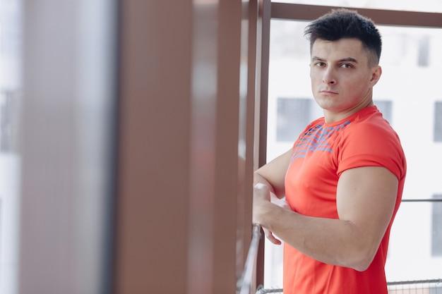Junger mann am fenster Premium Fotos