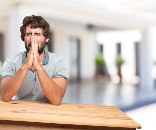 Junger mann auf einem tisch. sorge ausdruck Kostenlose Fotos