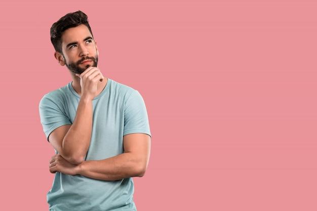 Junger mann, der an sachen denkt Premium Fotos