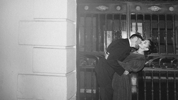 Junger mann, der attraktive frau auf straße küsst und verbiegt Kostenlose Fotos