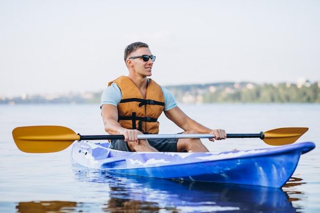 Junger mann, der auf dem fluss kayak fährt Kostenlose Fotos