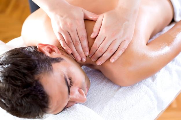Junger mann, der eine massage hat Premium Fotos