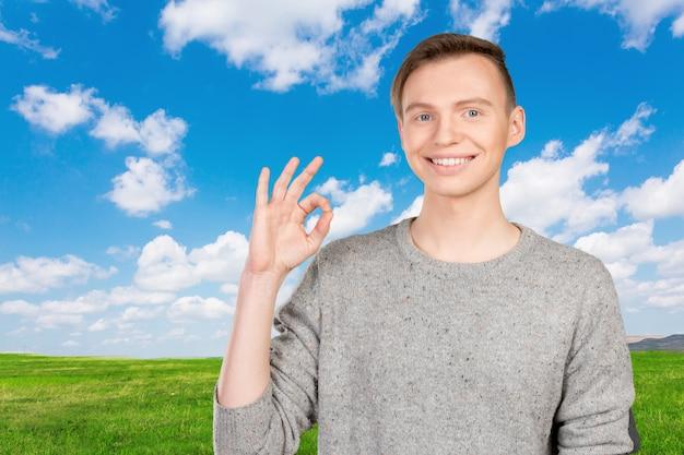 Junger mann, der eine okaygeste tut Premium Fotos
