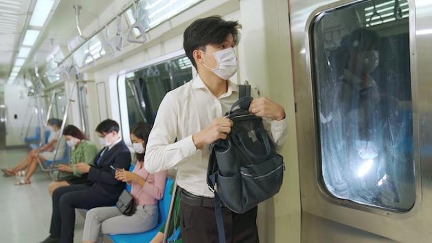 Junger mann, der gesichtsmaske trägt Premium Fotos