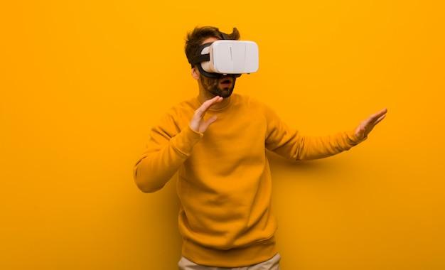 Junger mann, der gläser einer virtuellen realität trägt Premium Fotos