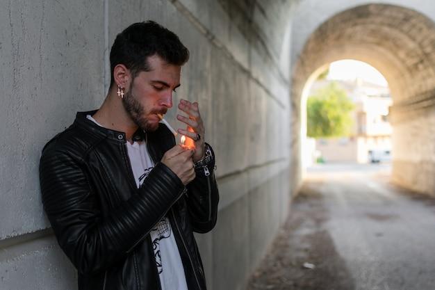 Junger mann, der in einem tunnel raucht Premium Fotos