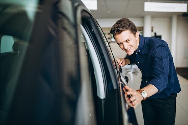 Junger mann, der nach einem auto sucht, um zu mieten Kostenlose Fotos