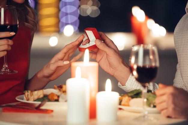 Junger mann, der seiner frau einen verlobungsring gibt Kostenlose Fotos