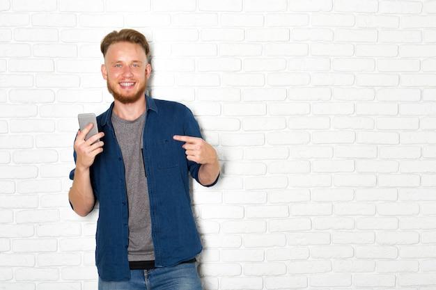 Junger mann, der smartphone verwendet Premium Fotos