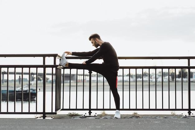 Junger mann, der sport in einer europäischen stadt spielt. sport in urbanen umgebungen. Kostenlose Fotos