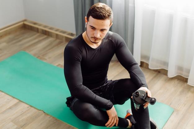 Junger mann, der sportübungen zu hause macht Kostenlose Fotos