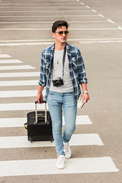 Junger mann, der um die welt reist Kostenlose Fotos
