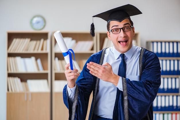 Junger mann, der von der universität graduiert Premium Fotos