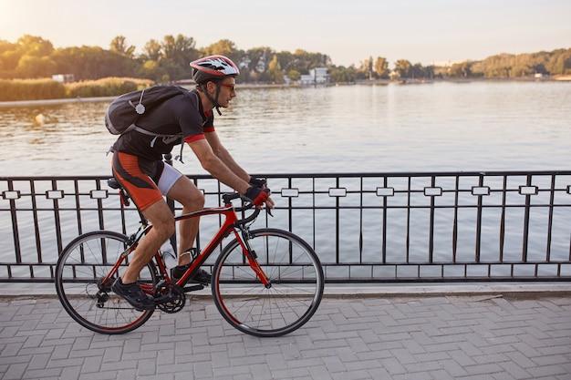 Junger mann fahren rennrad am abend rad Kostenlose Fotos