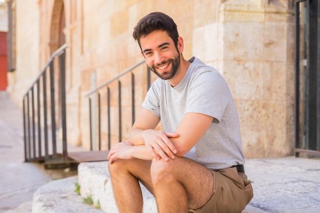 Junger mann glücklich im park Premium Fotos