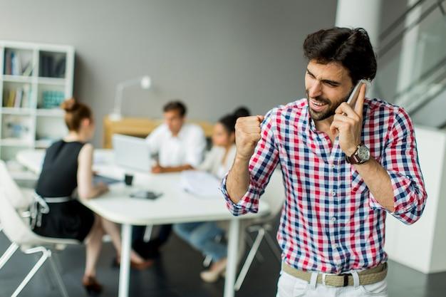 Junger mann im büro Premium Fotos