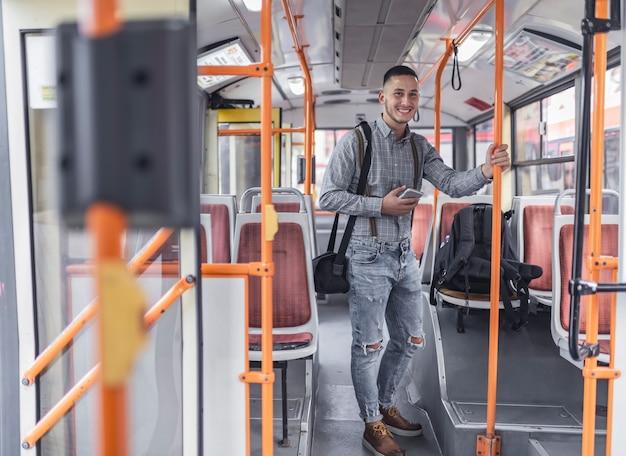 Junger mann im bus Premium Fotos