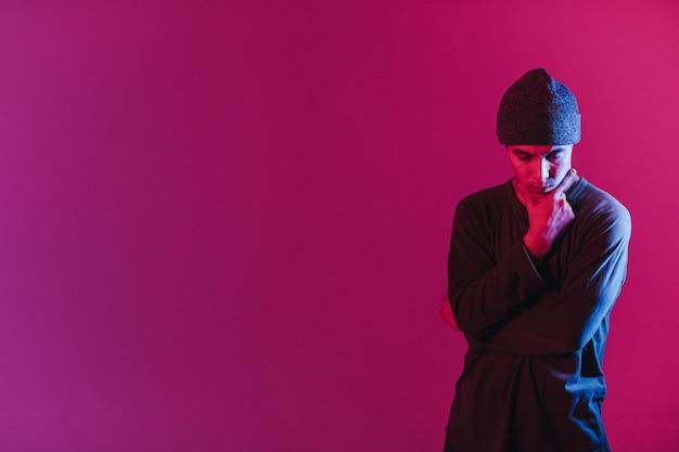 Junger mann in einem jumper, der zeitgenössischen tanz im studio tanzt. breakdance. tanzschulplakat Premium Fotos
