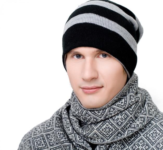 Junger mann in schal und mütze Premium Fotos