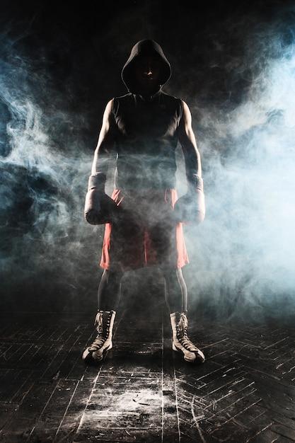 Junger mann kickboxen Kostenlose Fotos