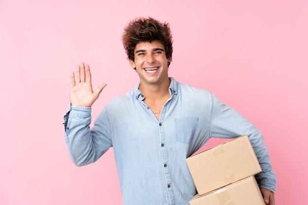 Junger mann mit blauem hemd mit paketen Premium Fotos