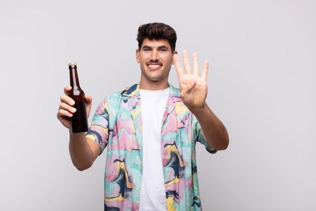 Junger mann mit einem bier lächelnd und freundlich aussehend, zeigt nummer vier oder vierten mit der hand nach vorne, countdown Premium Fotos