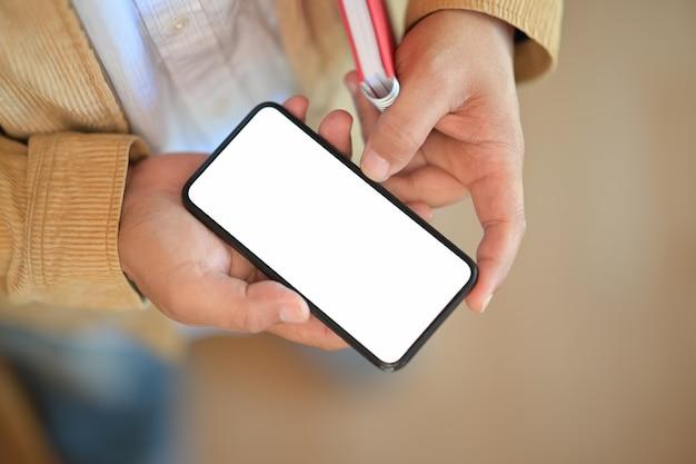 Junger mann mit einem intelligenten telefon des leeren bildschirms des modells Premium Fotos