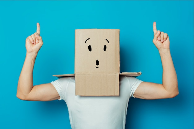 Junger mann mit einem karton auf dem kopf Premium Fotos