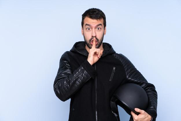 Junger mann mit motorradhelm Premium Fotos