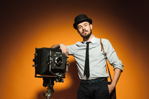 Junger mann mit retro-kamera Kostenlose Fotos