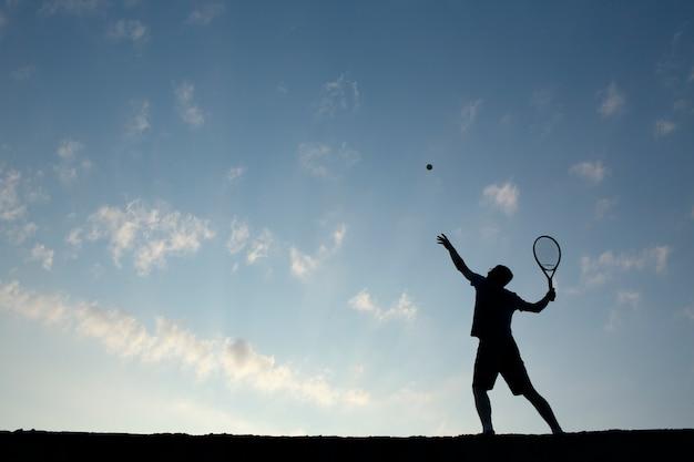 Junger mann spielt tennis Kostenlose Fotos